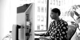 Frau im Büro vor Computer